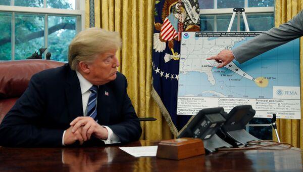 Президент США Дональд Трамп во время совещания по подготовке к урагану Флоренс. 11 сентября 2018