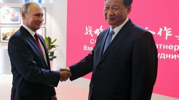 Президент РФ Владимир Путин и председатель Китайской Народной Республики Си Цзиньпин на IV Восточном экономическом форуме