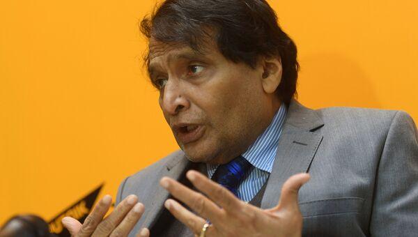 Министр промышленности и торговли Индии Суреш Прабху в радиорубке Sputnik на площадке IV Восточного экономического форума