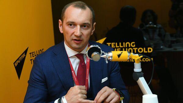 Генеральный директор ООО ВЭБ Инновации Олег Теплов в радиорубке Sputnik на площадке IV Восточного экономического форума
