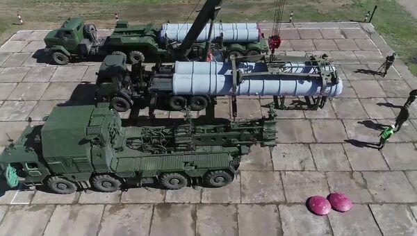 Заряжание пусковой установки зенитного ракетного комплекса С-300 на учениях ПВО. Архивное фото