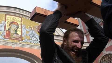 Участник крестного хода в честь Дня перенесения мощей святого благоверного князя Александра Невского