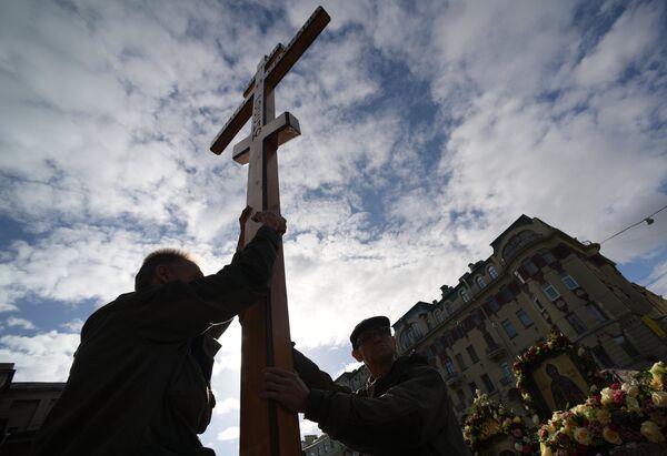 Участники крестного хода в честь Дня перенесения мощей святого благоверного князя Александра Невского