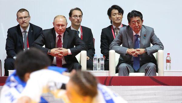 Президент РФ Владимир Путин и премьер-министр Японии Синдзо Абэ во время посещения финала Международного турнира по дзюдо имени Дзигоро Кано среди юниоров и юниорок в КСК Фетисов-Арена во Владивостоке. 12 сентября 2018