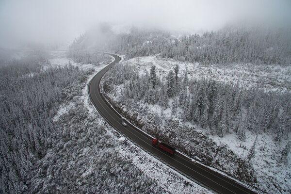 Снег на автомобильной дороге Р-257 в районе Буйбинского перевала в Красноярской крае