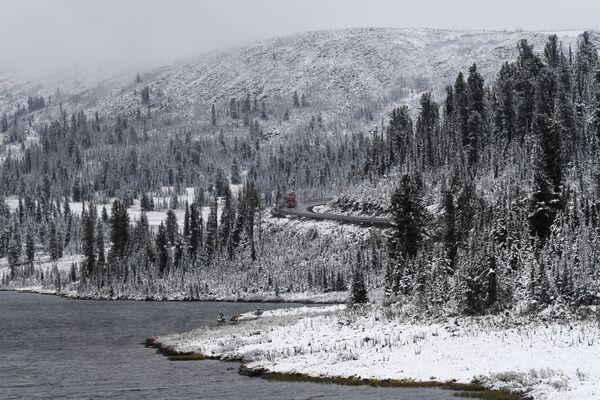 Снег в районе Буйбинского перевала в Красноярской крае