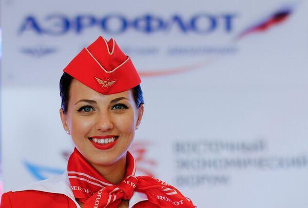 Девушка у стенда авиакомпании Аэрофлот на площадке Восточного экономического форума во Владивостоке