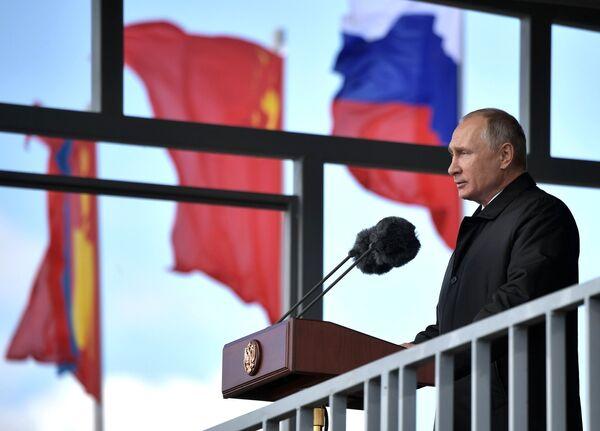 Верховный главнокомандующий ВС РФ, президент РФ Владимир Путин выступает на параде участников военных маневров Восток-2018 на забайкальском полигоне Цугол
