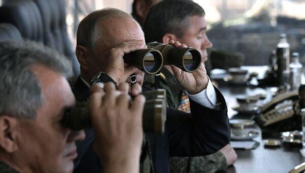 Верховный главнокомандующий ВС РФ, президент РФ Владимир Путин наблюдает за ходом военных маневров Восток-2018