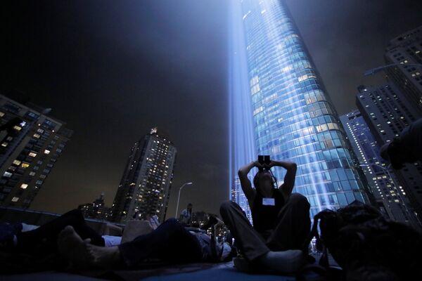Жители Нью-Йорка наблюдают за световой инсталляцией под названием Tribute in Light