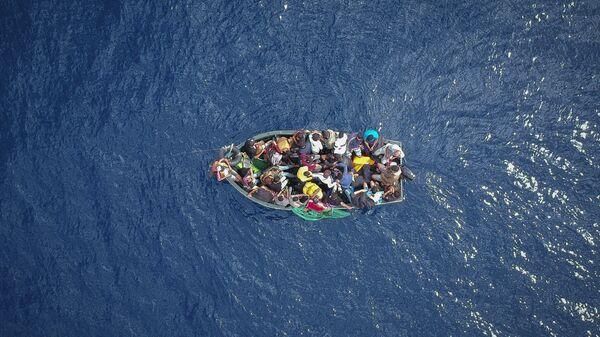 Лодка с мигрантами, севшими на мель в Гибралтарском проливе