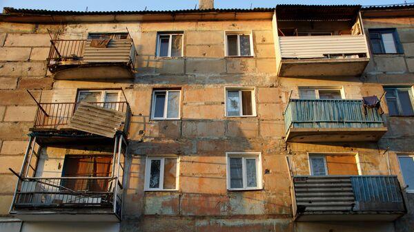 Жилой дом, пострадавший от обстрела в городе Первомайске