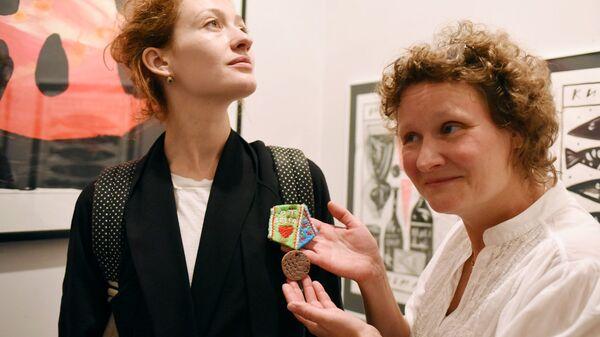Катя Бермант вручает орден фонда Детские сердца актрисе Мириам Сехон