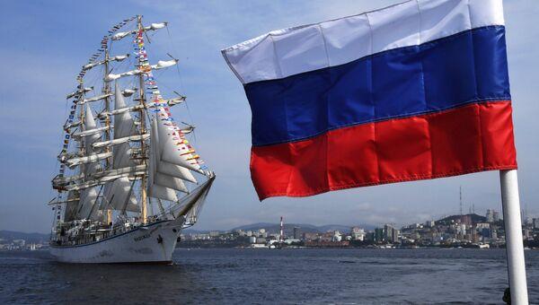 Российский парусник Надежда провожает иностранные парусные суда, принимавшие участие в регате в рамках Восточного экономического форума во Владивостоке. 14 сентября 2018