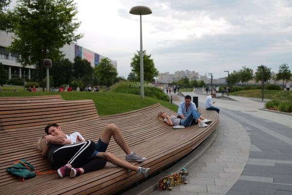 Отдыхающие в Парке искусств Музеон в Москве