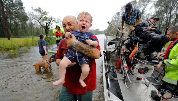 Эвакуация людей в штате Северная Каролина во время урагана Флоренс