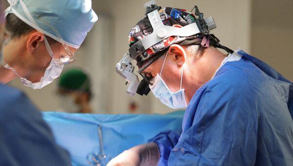 Врачи во время операции