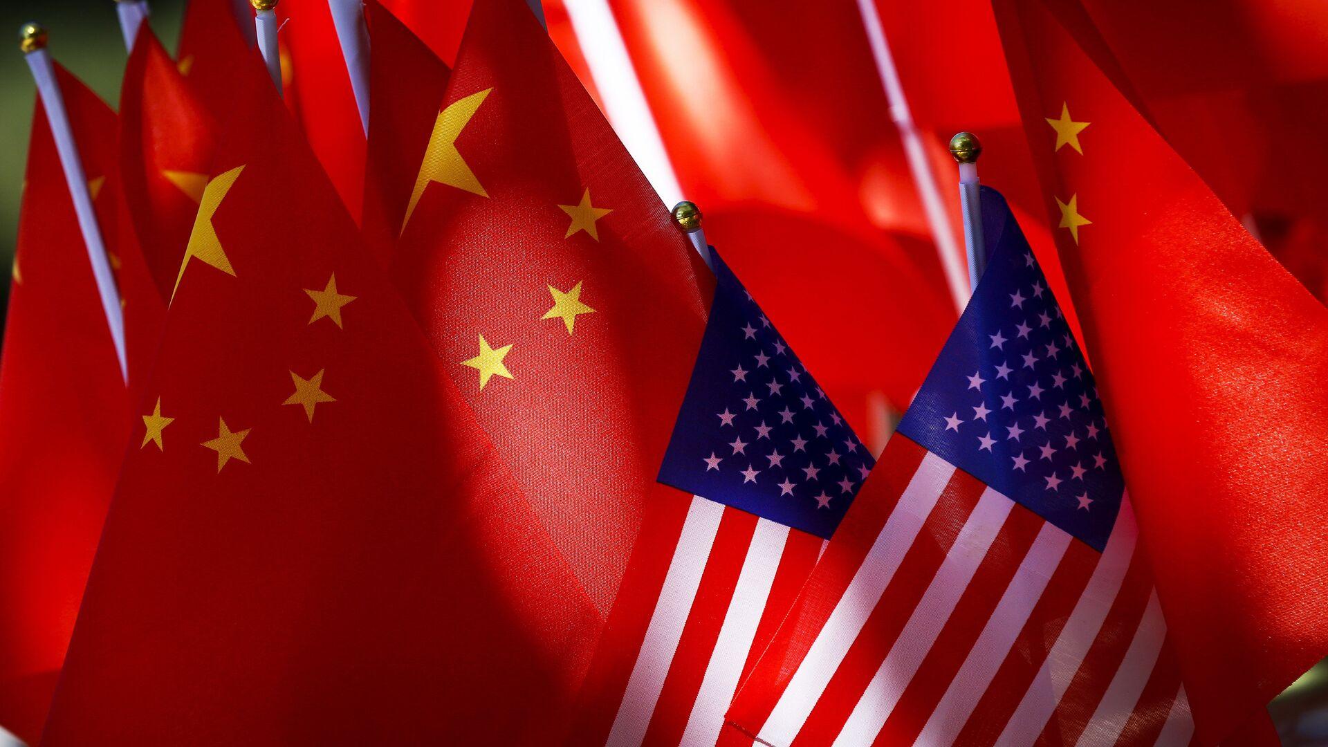 Флаги США и КНР на повозке велорикши в Пекине, Китай - РИА Новости, 1920, 08.06.2021