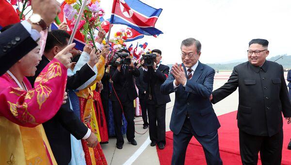Президент Южной Кореи Мун Чжэ Ин и лидер КНДР Ким Чен Ын во время встречи в Пхеньяне, архивное фото