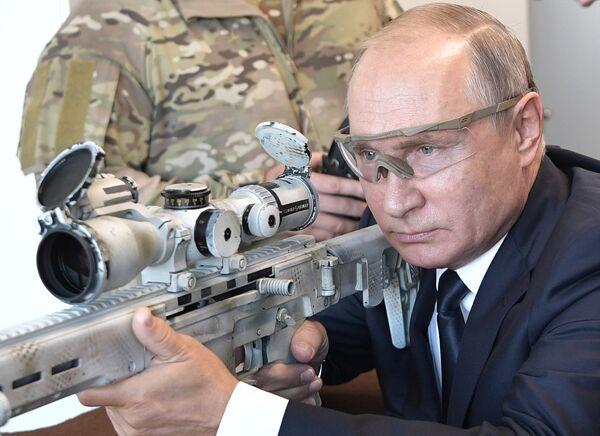 Президент РФ Владимир Путин во время посещения стрелкового центра АО Концерн Калашников на территории военно-патриотического парка Патриот