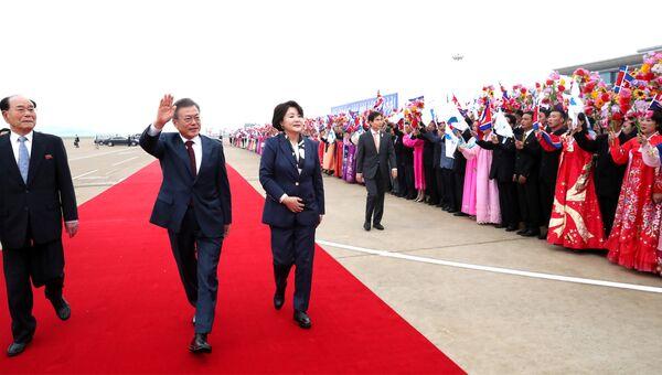 Президент Южной Кореи Мун Чжэ Ин с супругой в аэропорту Пхеньяна. 20 сентября 2018