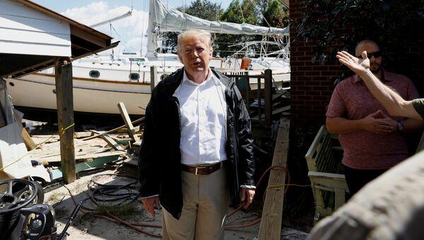 Президент США Дональд Трамп во время посещения районов, пострадавших от урагана Флоренс в Нью-Берне, Северная Каролина. 19 сентября 2018