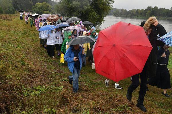 Участники VII Елисаветинского крестного хода перед переправой через Москву-реку из села Ильинское в село Усово