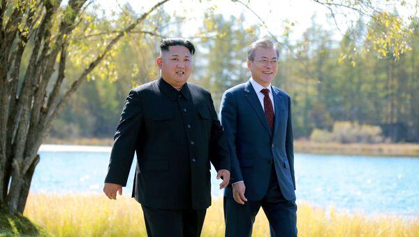 Лидер КНДР Ким Чен Ын и президент Южной Кореи Мун Чжэ Ин во время встречи