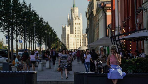 Прохожие на Новой площади в Москве