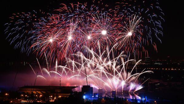 Фейерверк над Гребным каналом в Крылатском, где проходит церемония открытия международного фестиваля Круг Света