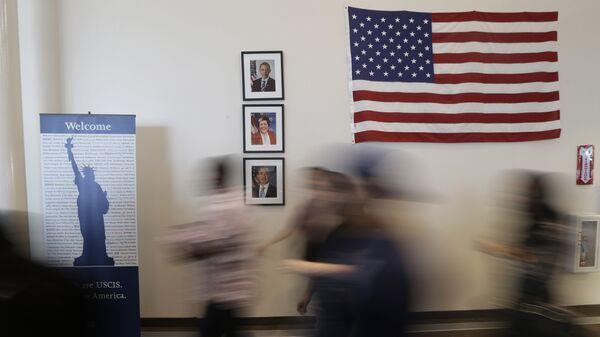 Посетители в офисе службы иммиграции и натурализации в Техасе, США