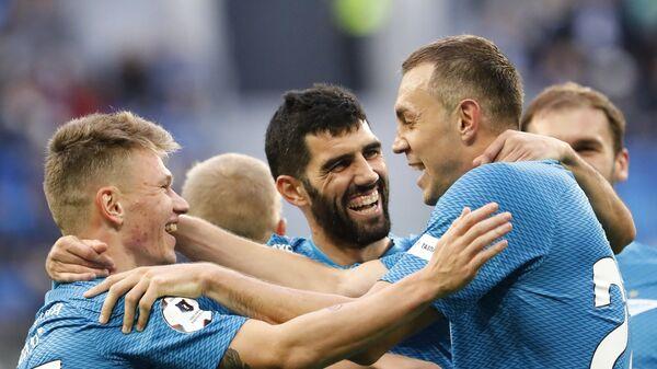 Футболисты Зенита празднуют гол в ворота Локомотива