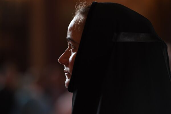 Женщина в Храме Христа Спасителя, где находятся мощи святителя Спиридона Тримифунтского, доставленные в Россию с греческого острова Корфу