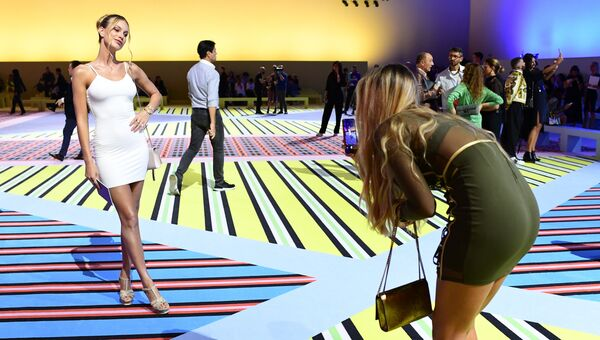 Гости фотографируются перед показом Versace в рамках Недели моды в Милане. Архивное фото