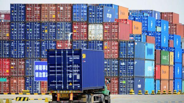 Грузовые контейнеры в порту Циндао, Китай
