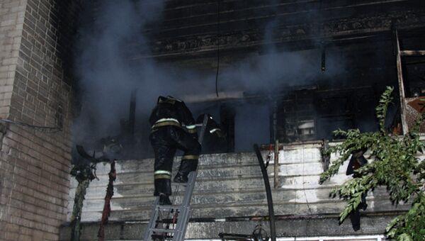 Сотрудники МЧС на месте пожара в многоквартирном доме на улице Буровой в Саратове. 24 сентября 2018