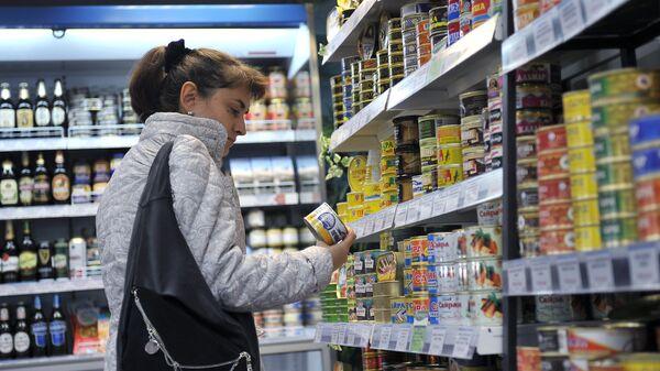 Отдел с рыбными консервами в супермаркете