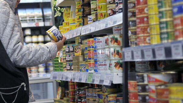 Отдел с рыбными консервами в супермаркете. Архивное фото