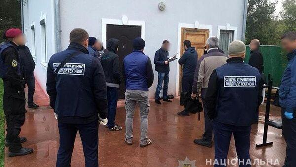 Украинские правоохранители разоблачили группировку, которая два года удерживала в Прикарпатье в трудовом рабстве 32 человека