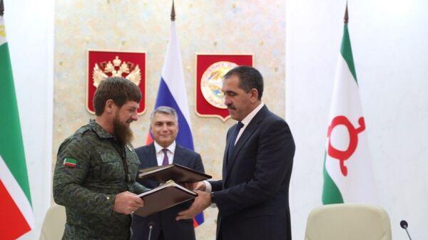 Глава Республики Ингушетия Юнус-Бек Евкуров и глава Чеченской Республики Рамзан Кадыров во время подписания соглашения о границе. Архивное фото