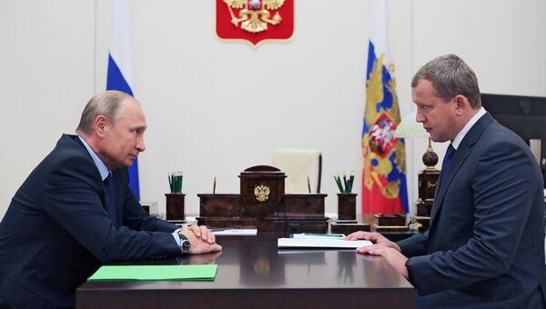 Президент РФ Владимир Путин и бывший заместитель руководителя Федеральной таможенной службы России Сергей Морозов во время встречи