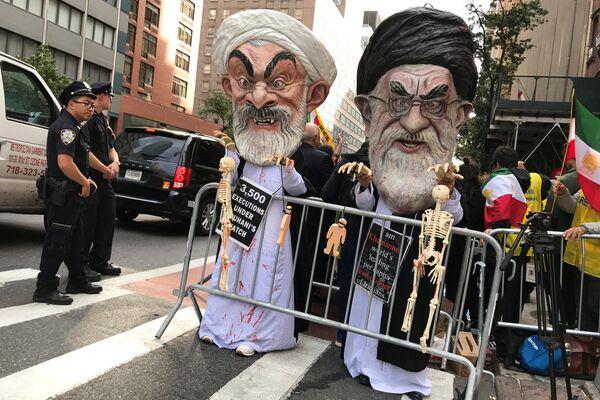 Участники акции протеста против Ирана в костюмах Хасана Роухани и Али Хаменеи в Нью-Йорке