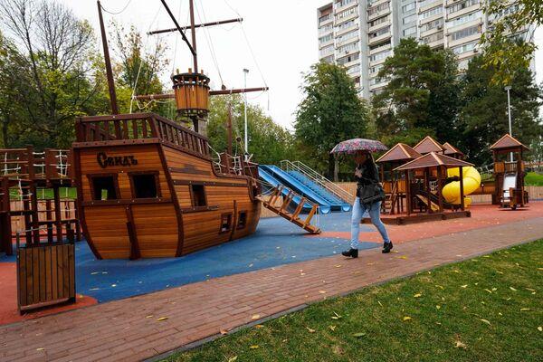 Детская площадка у пруда на Булатниковской улице