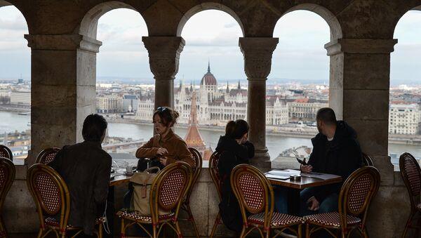 Люди в кафе в Будапеште. Архивное фото