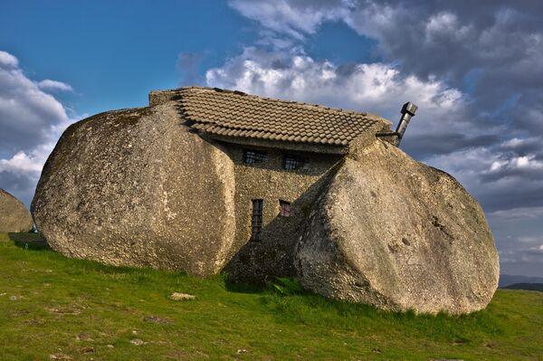 Дом-камень в Португалии неподалеку от городка Фафи