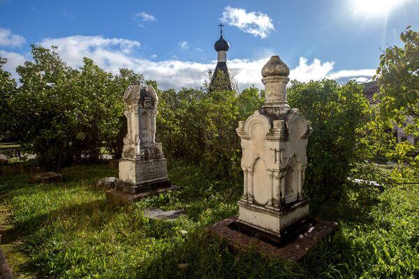 Могильные монументы рядом с Кирилловским храмом на территории Кирилло-Белозерского монастыря в селе Горицы Вологодской области