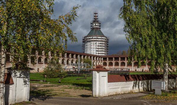 Территория Кирилло-Белозерского монастыря в селе Горицы Вологодской области