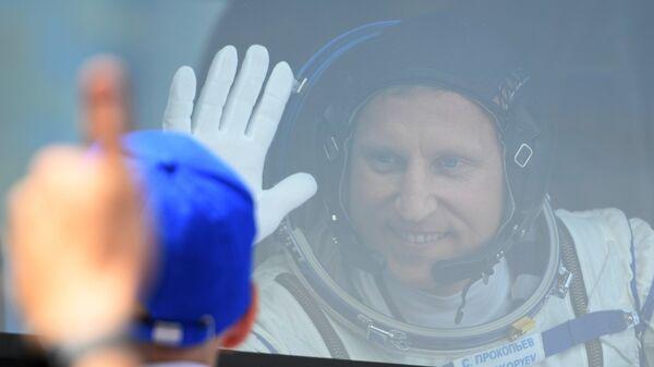 Член основного экипажа МКС-56/57 космонавт Роскосмоса Сергей Прокопьев в автобусе перед отъездом на стартовую площадку космодрома Байконур