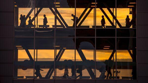 Пассажиры в международном аэропорту Пулково в Санкт-Петербурге. Архивное фото