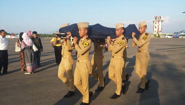 Солдаты с телом авиадиспетчера Антониуса Гунаван Агунга